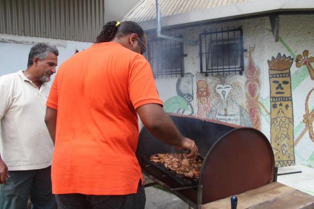 Le chef du barbecue au travail.